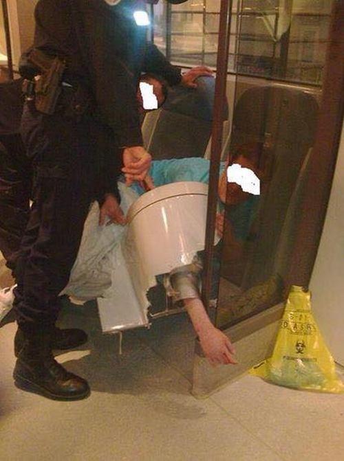 Освобождение пассажира поезда во Франции, рука которого застряла в унитазе (4 фото)