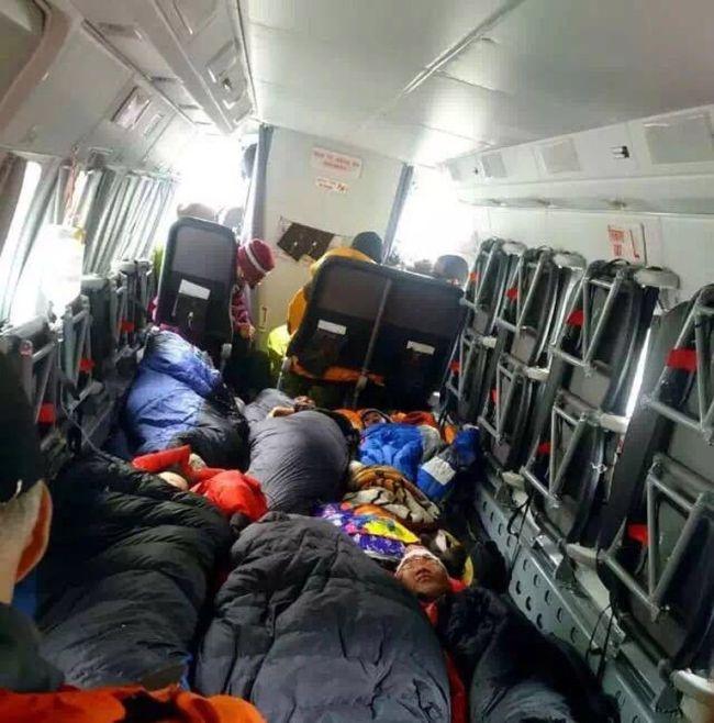 Лавина сходит на лагерь альпинистов