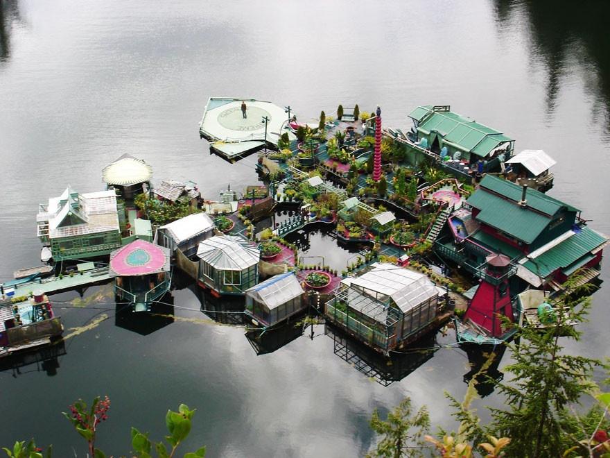 Обитаемый искусственный остров, построенный семьей за 20 лет (13 фото)