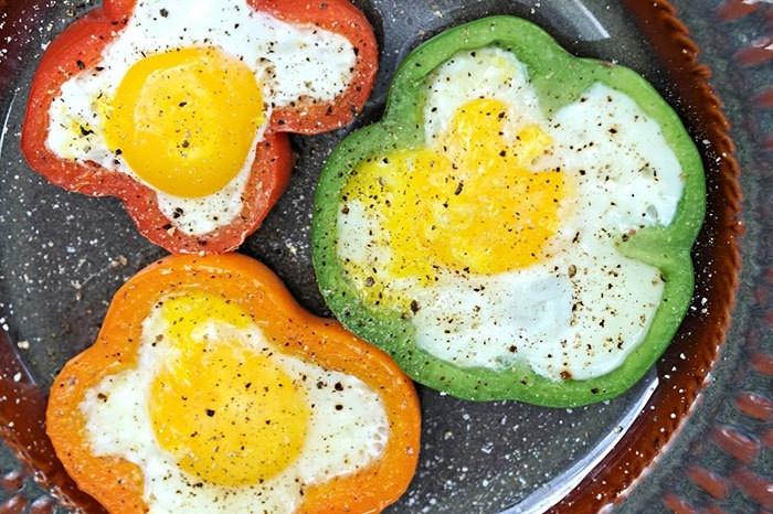 Быстрые и вкусные рецепты яичницы-глазуньи (8 фото)