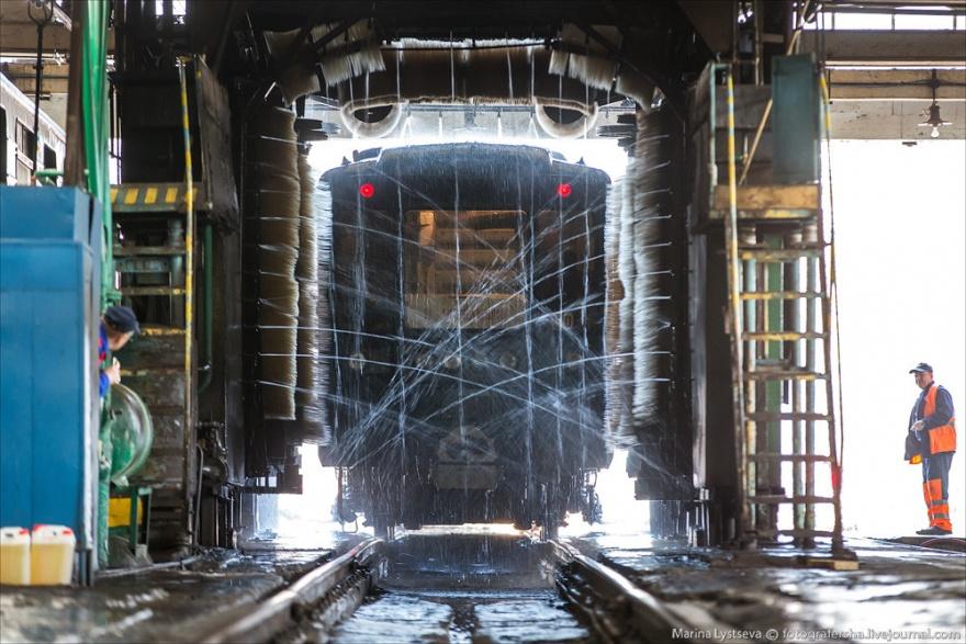 Как дезинфицируют и отмывают от грязи вагоны метро (26 фото)