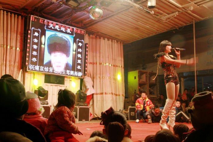 Традиция стриптиза на похоронах в Китае (6 фото)