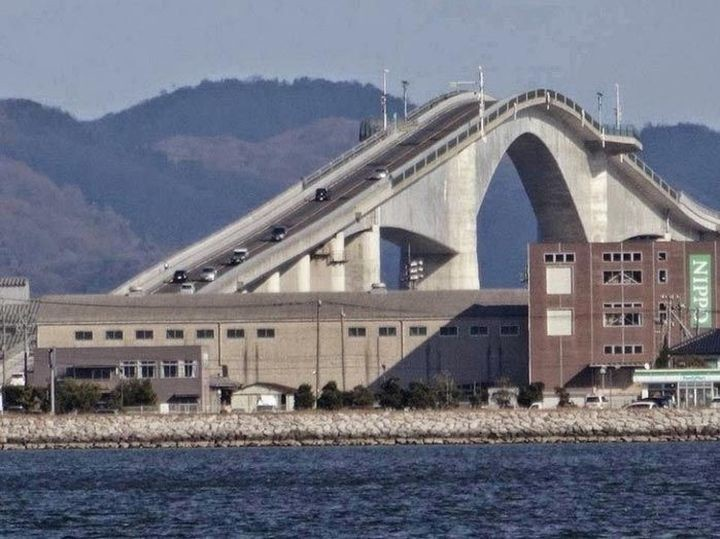 Необычный мост, похожий на американские горки (8 фотографий и 1 гифка)