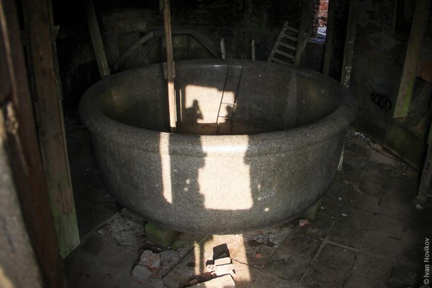 Гигантская гранитная ванна из Царского села (21 фото)