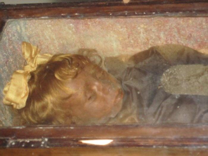 Необычные и таинственные истории и факты, связанные с могилами (9 фото)