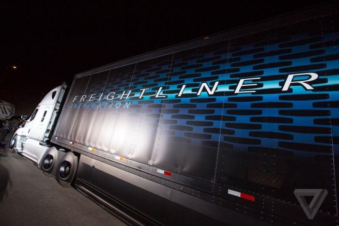 Управляемый роботом грузовик от концерна Daimler (12 картинок)