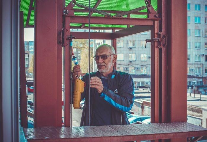 В Челябинске пенсионер самостоятельно построил лифт для своих внуков-инвалидов (6 фото)