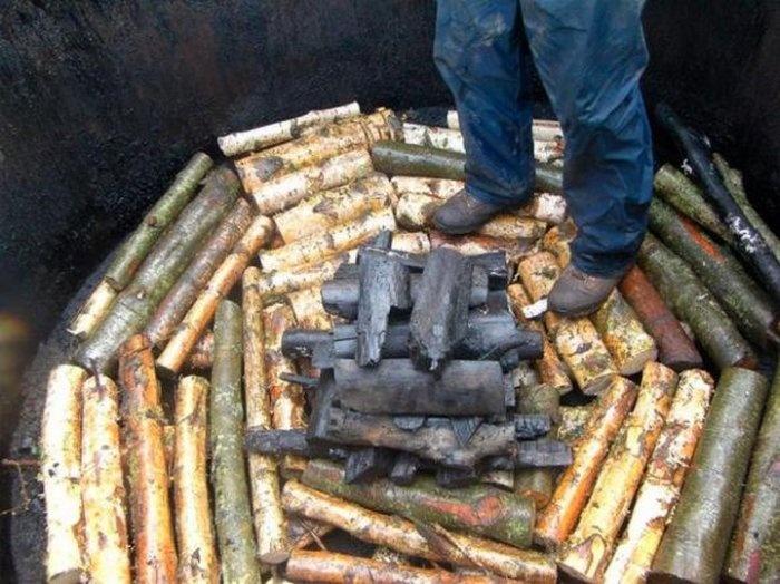Как производят древесный уголь (8 фото)