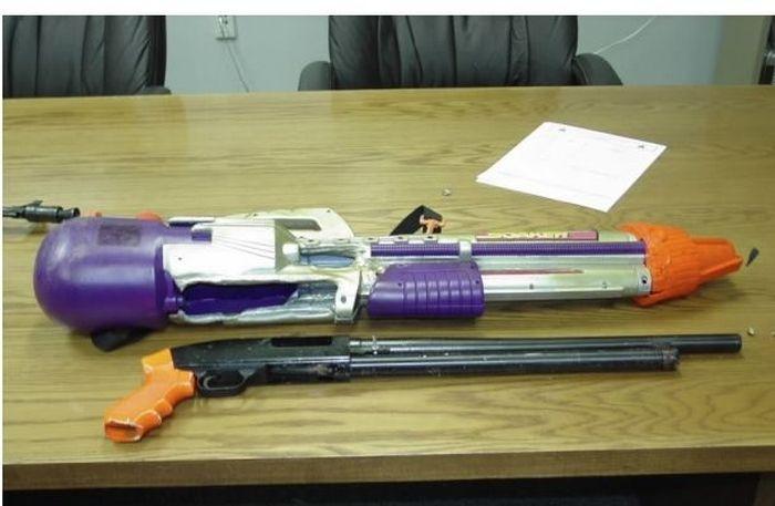 Игрушечное и настоящее оружие (10 фото)