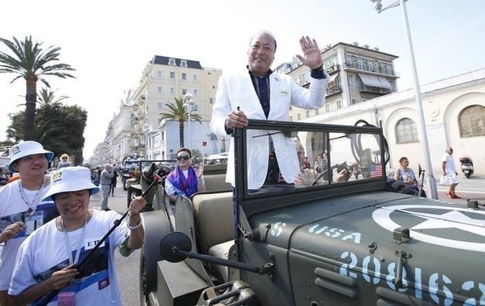 Китайский миллиардер отправил на отдых в Париж и Ниццу сразу 6400 своих сотрудников (9 фото)