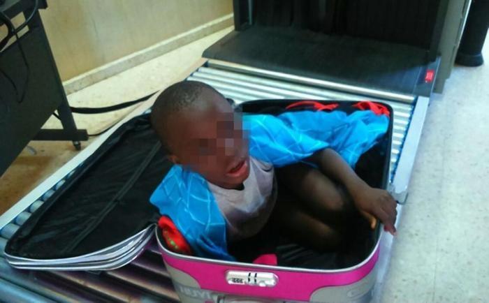 Неудавшаяся попытка провезти ребенка в Испанию контрабандой (4 фото)
