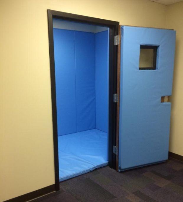 Специальные комнаты для изоляции слишком буйных учеников (8 фото)