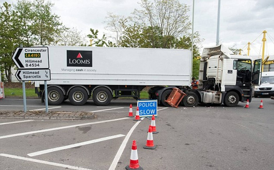 ДТП с участием грузовика инкассаторов (7 фото)