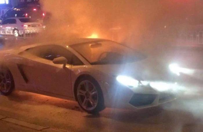 Сгоревший суперкар (4 фото)