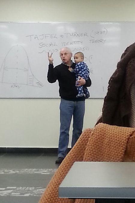Пожилой профессор успокоил плачущего ребенка на своей лекции (3 фото)