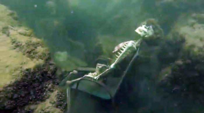 Страшная находка дайвера, оказавшаяся арт-инсталляцией (4 фото)