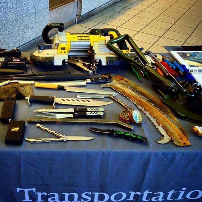 Запрещенные предметы, изъятые у пассажиров авиакомпаний в США (22 фото)