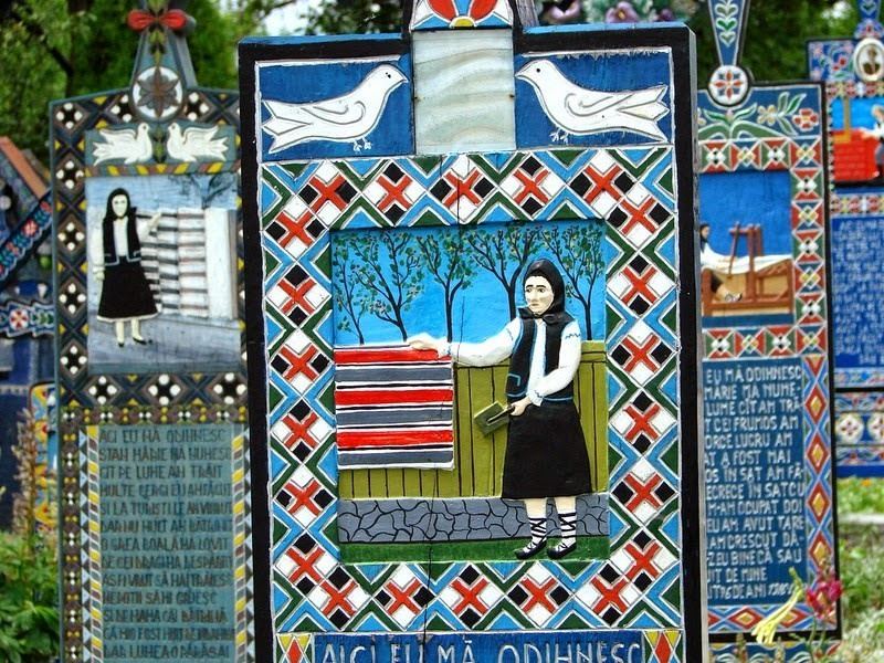 Веселое кладбище в небольшом румынском городке (11 фото)