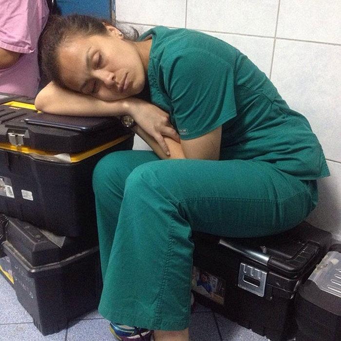 Фотографии спящих врачей, защищающих уснувшую на дежурстве медсестру (15 фото)