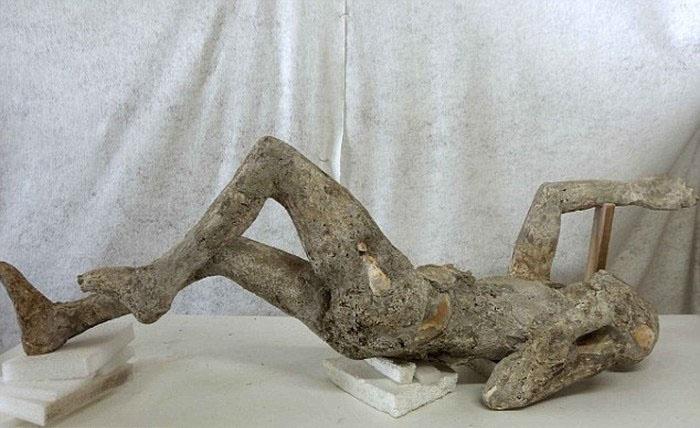 Страшные находки под застывшей лавой Везувия (23 фото)