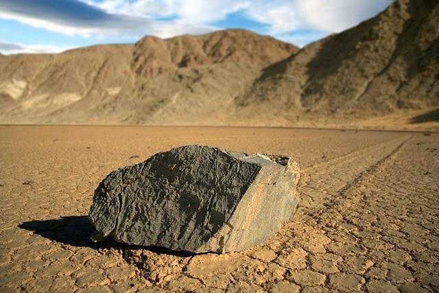"""Секрет явления """"ползающие камни"""" в Долине Смерти (4 фото)"""