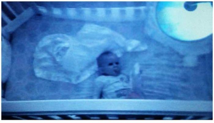 Пугающие изображения, полученные с камер видеонаблюдения, следящих за детьми (13 фото)