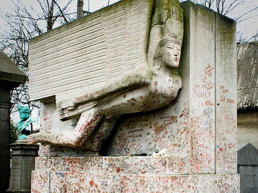 Как выглядят могилы некоторых знаменитостей (10 фото)