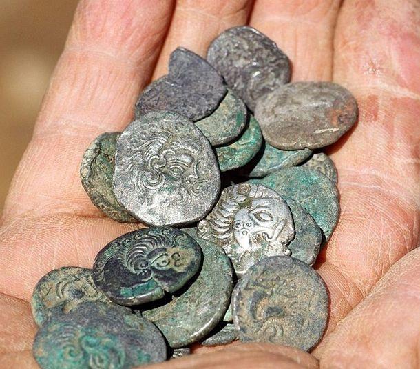 Удивительные клады и драгоценности, найденные с помощью обычного металлоискателя (5 фото)