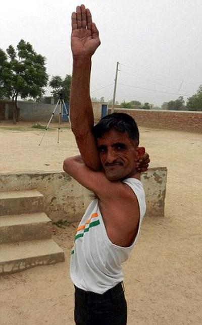 Невероятная способность супергибкого индуса (6 фото и видео)