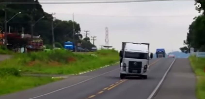 Дальнобойщики развлекаются, пуская грузовики в занос