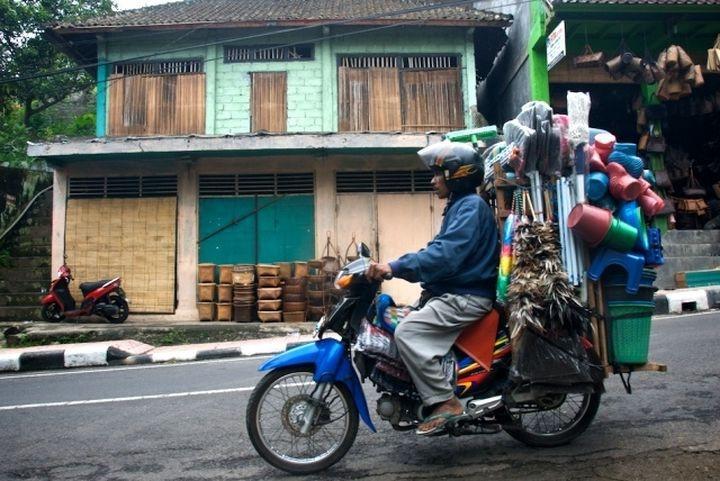 Удивительные возможности мотоциклов при перевозке грузов (20 фото)