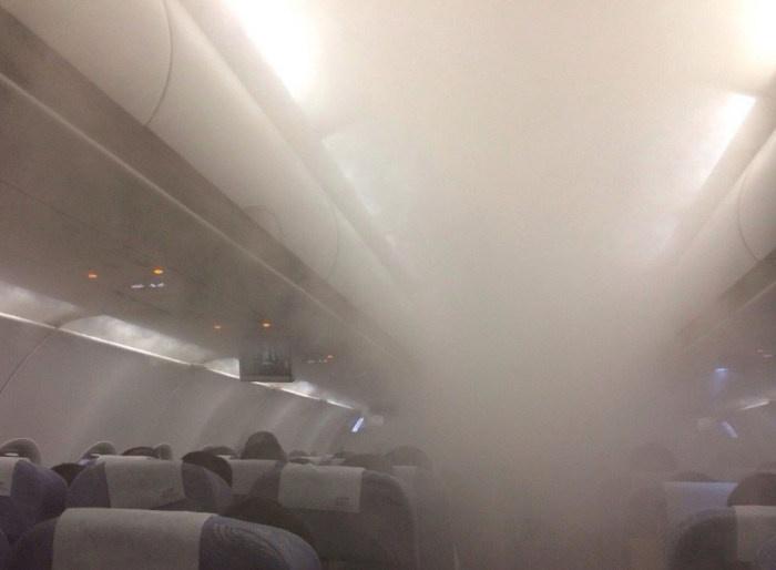 Пассажиры самолета были напуганы появлением густого пара в салоне во время полета (7 фото)