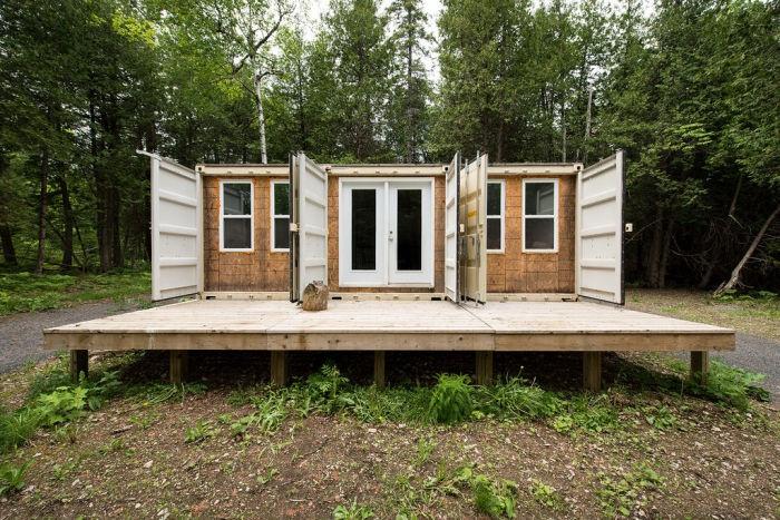 Прикольный летний домик из контейнера (8 фото)