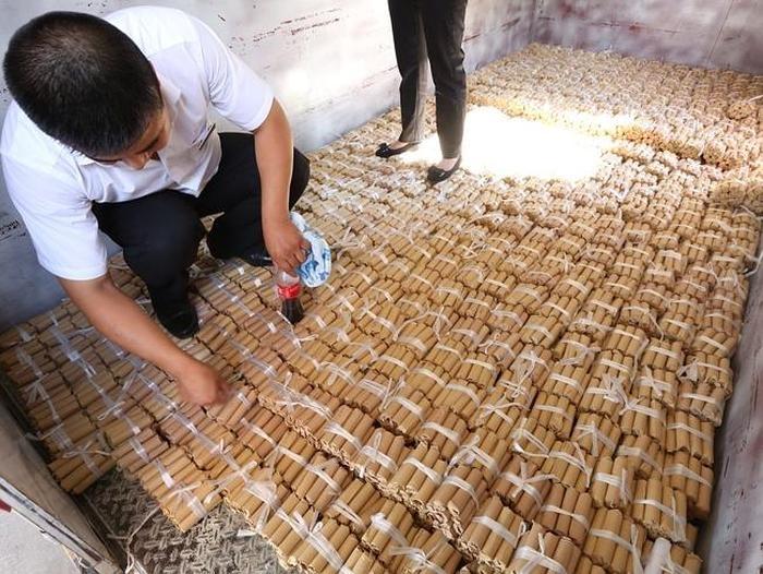 Покупатель приобрел автомобиль, заплатив за него медными монетами, общий вес которых составил 4 тонны (5 фото)