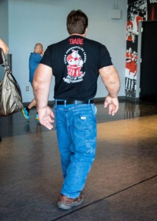 Армрестлер с огромными руками (5 фото)