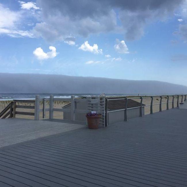Фейковое цунами на побережье (4 фото)