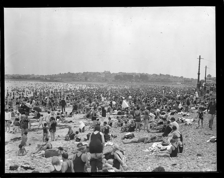 Суровая пляжная мода 20-х годов прошлого века (20 фото)