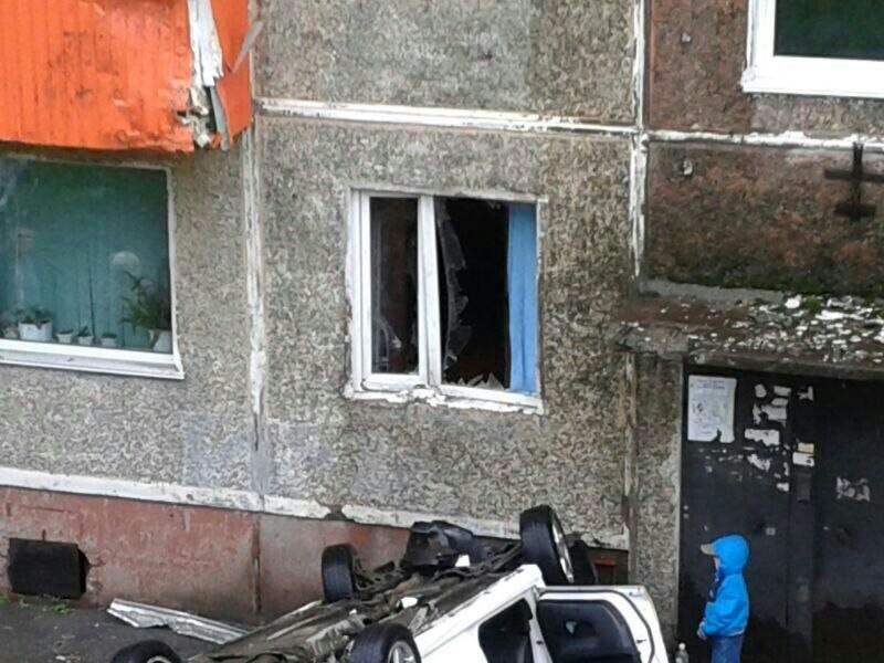 В Петропавловске-Камчатском автомобиль врезался в балкон второго этажа (9 фото)