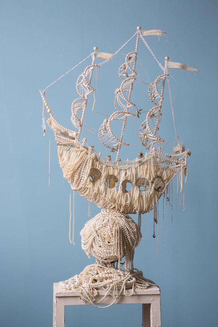 Необычная скульптура из жемчужин (10 фото)