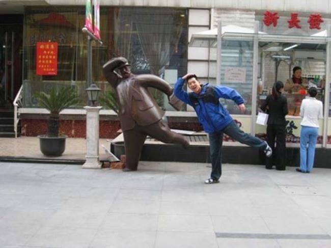 Фотографии туристов с участием скульптур и памятников (25 фото)