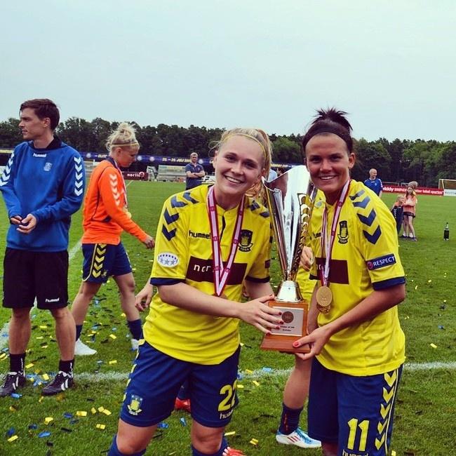 Футболистки из датской футбольной команды отпраздновали свою победу обнаженными (3 фото)