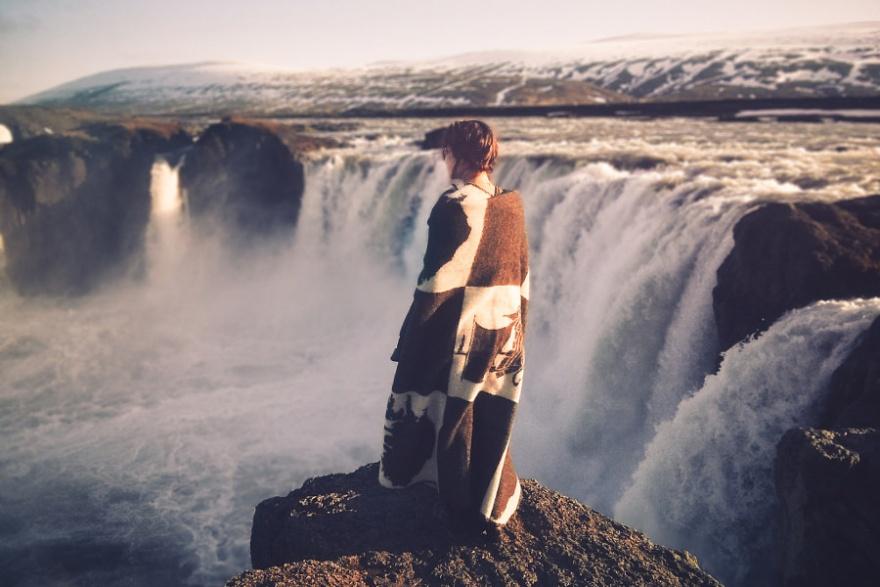 Пейзажи с людьми 22-летнего канадского фотографа Элизабет Гэдд (23 фото)
