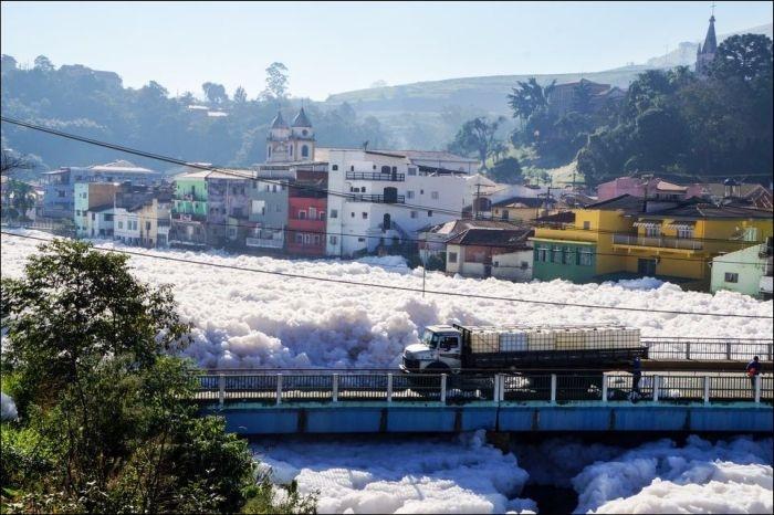 Река выплескивает на город огромные хлопья пены (5 фото)