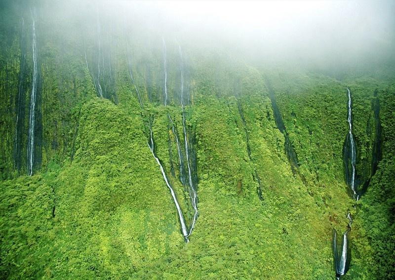 Удивительно красивый водопад Хонокохау (10 фото)