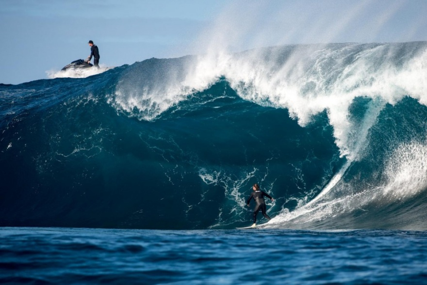 Серфинг на волнах, высотой с шестиэтажный дом (15 фото)
