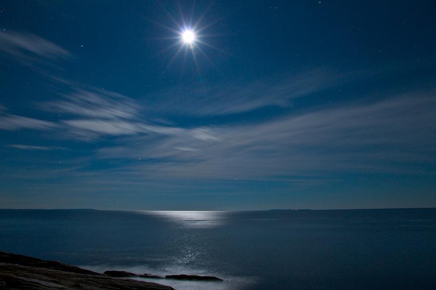 Imagen fresca trayectoria lunar en la superficie del mar (28 fotos)