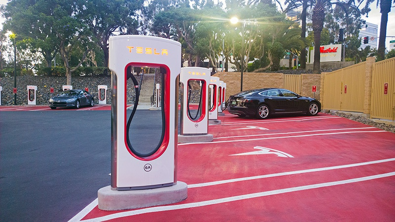 Уникальные бесплатные автозаправки Tesla (10 фото)