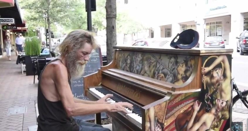 Бездомный бомж Дональд Гулд играет на пианино