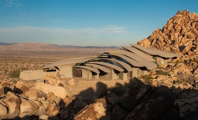 Необычный дом в пустыне