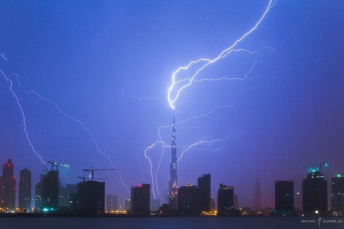 Удар молнии в небоскреб (15 фото)